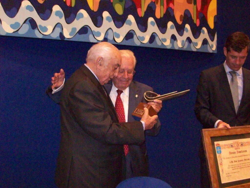 José Cosmen Adelaida recibiendo el premio